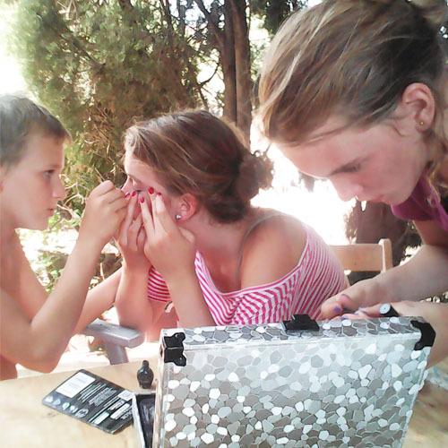 kids-doing-make-up